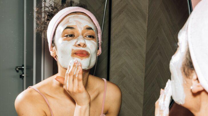 Kosmetische Produkte für unreine Haut sollten auch antibakterielle und talgregulierende Eigenschaften haben.