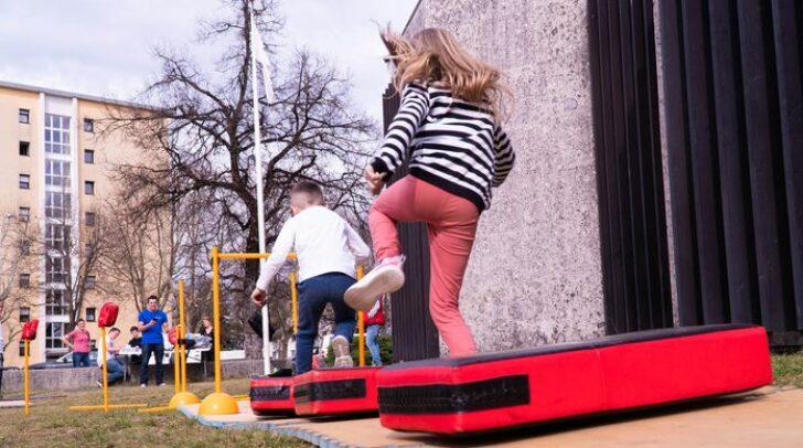 Über 100 Kinder machten sich am Freitag in der Ebentalerstraße auf die Suche nach Ostereiern, verbunden mit sportlichen Übungen.