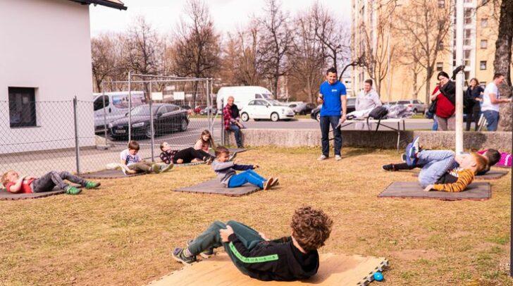 Neben der Ostereiersuche gab es in der Ebentalerstraße auch Fitness- und Kampfkunst-Übungen für die Kids.