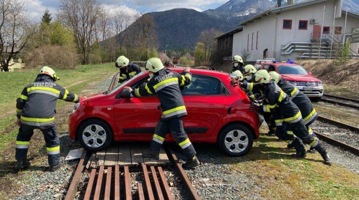Mit Muskelkraft und Unterlegsteilen gelang es, das Fahrzeug von den Schienen zu rollen.