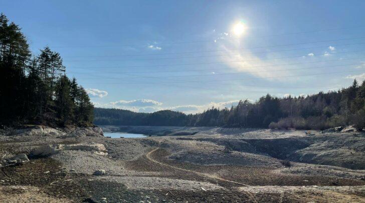 Lange Zeit stand man beim Forstsee auf dem Trockenen. Seit 13. Mai fließt das Wasser wieder.