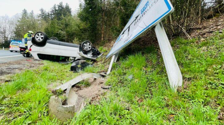 Das Fahrzeug kam bei dem Unfall auf dem Dach liegend zum Stillstand.