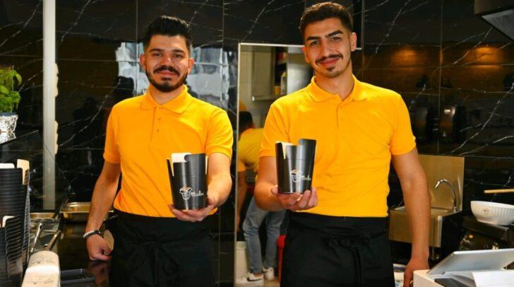 Voller Erfolg: Die Jungunternehmer AkifGorgülü und Mahmut Hasyalcin (v.r.) eröffneten gestern ihr Lokal