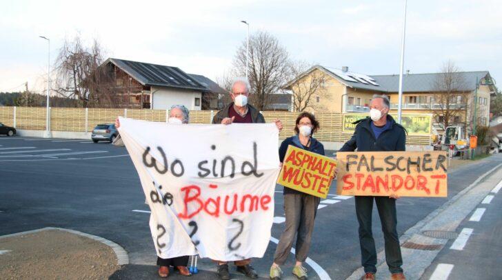 Brigitte Schmaus (links) und Gerlinde Krawanja-Ortner (zweite von rechts) bei einer Demonstration mit weiteren Gleichgesinnten vor dem Billa-Parkplatz.