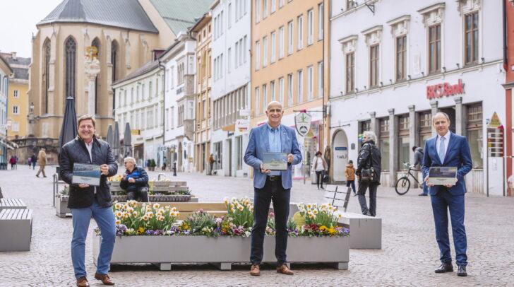 """Bürgermeister Günther Albel, Georg Overs und Oliver Heinrich präsentieren den neuen Online-Auftritt von """"welcome2villach."""""""