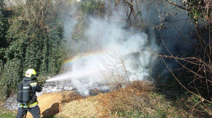 Durch das rasche Einschreiten der Einsatzkräfte konnte ein weiteres Ausbreiten der Flammen verhindert werden.