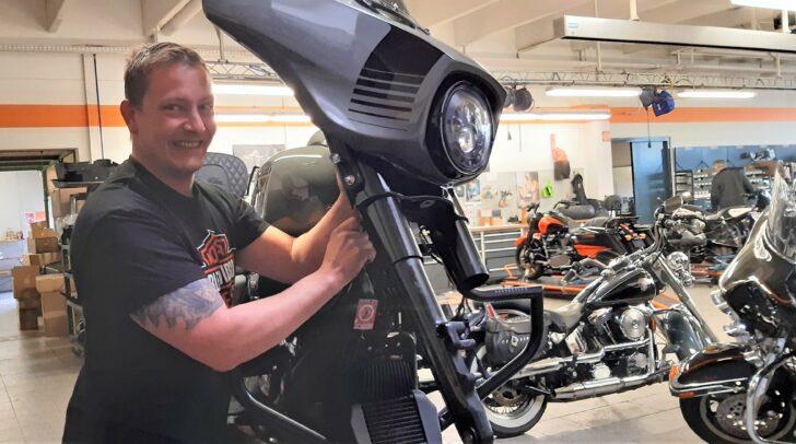 Glänzender Chrom und scharfe Kurven - bei Motodrom Harley-Davidson kannst du an der legendärsten Motorradmarke der Welt dein Können unter Beweis stellen.
