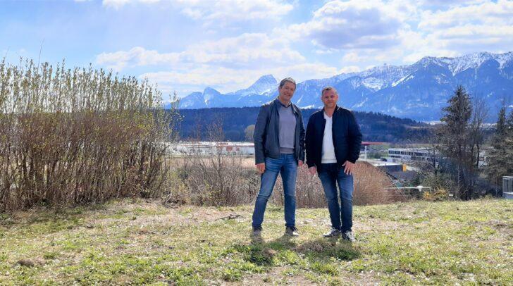 Lass deine Sorgen hinter dir, lehn dich zurück und genieße dein Leben. Bei diesem Ausblick wohl kein Problem, wie uns Josef Ram und Alexander Nageler (vl.), Kooperationspartner von Nageler Immobilien, beweisen.