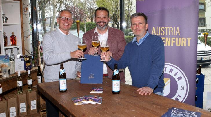 Austria-Geschäftsführer Harald Gärtner (l.) und Matthias Imhof (r.) mit Niki Riegler, Eigentümer und Geschäftsführer der Privatbrauerei Hirt bei der Unterzeichnung des Vertrags.