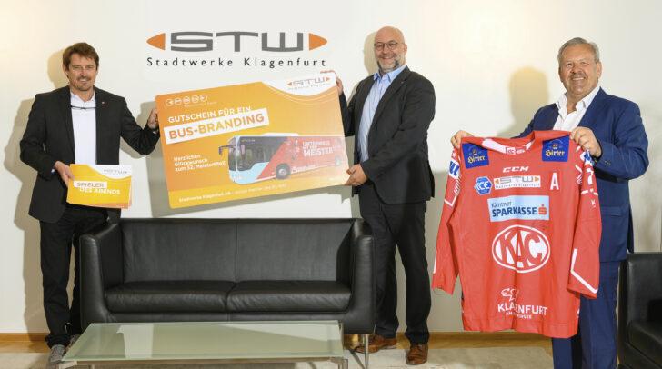 KAC-Geschäftsführer Oliver Pilloni freut sich über den Gutschein für ein Busbranding, der ihm von STW-Vorstand Dipl.-Ing. Erwin Smole und PSG-Geschäftsführer Andreas Waldher überreicht wurde.