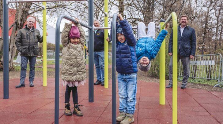 Von rechts Bürgermeister Günther Albel, Gemeinderat Gerhard Kofler und Stadtrat Harald Sobe mit neugierigen Kindern, die den Motorikpark schon getestet haben.