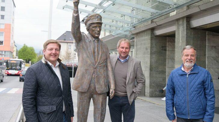 Enthüllung der Fahrdienstleiter-Statue: Bürgermeister Günther Albel sowie sowie Reinhard Wallner und Hermann Lipitsch (ÖBB)