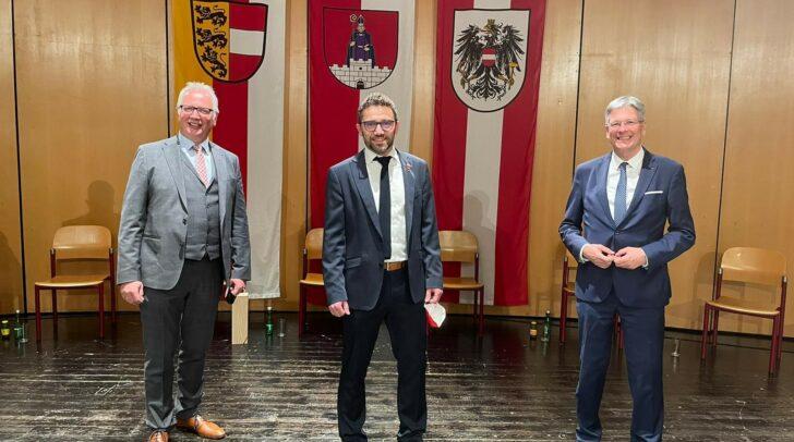 Manuel Müller (m.) mit Landtagspräsident Reinhart Rohr (l.) und LH Peter Kaiser (r.) bei der Angelobung im März 2021.
