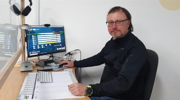 Fahrschullehrer Harald Steiner weiß, wie man sich am besten auf die Prüfung vorbereiten sollte.