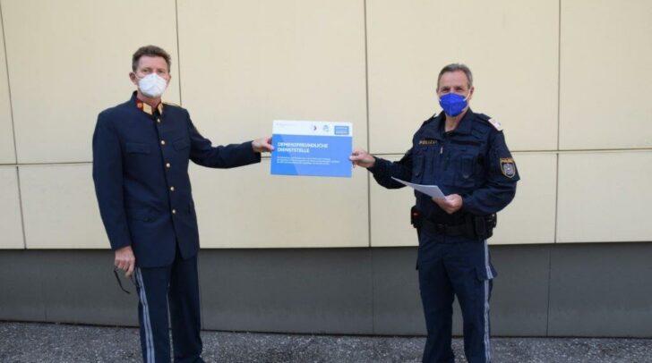 Übergabe des Zertifikates durch Bezirkspolizeikommandant-Stv. Oberstleutnant Johann Schranzer