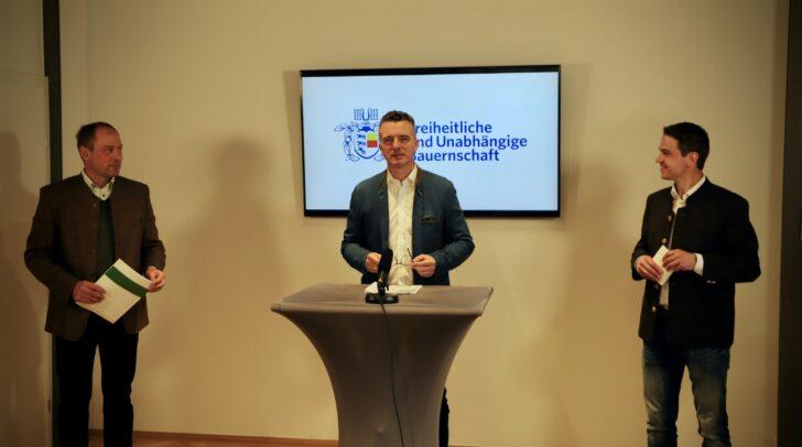 Am Bild v.l.: Landwirtschaftskammer-Vizepräsident Manfred Muhr, FPÖ-Landesparteiobmann Gernot Darmann und Kammerrat Roman Linder bei der heutigen Pressekonferenz.