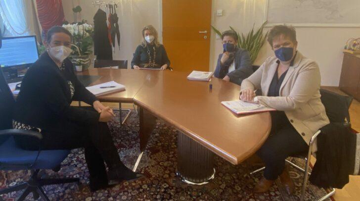 Silvia Häusl-Benz bei einer Besprechung mit Frau in der Wirtschaft, WK Vizepräsidentin Astrid Legner im Büro.