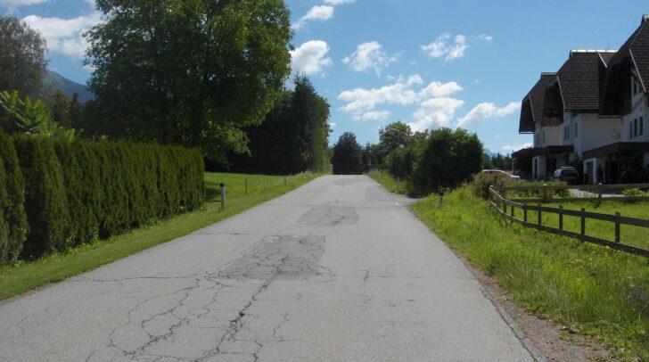 Die L25 Egger Straße weist im Bereich der Ortschaft Neudorf große Schäden auf.