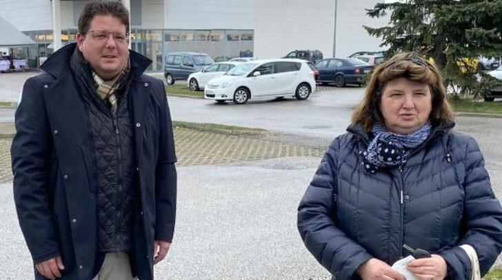 Marktreferent Christian Pober und Helga Lang, stellvertretende Obfrau des Wochenmarkt-Vereines, rufen nun zu einer Spendenaktion für Familie Tauchhammer auf. (c) Stadt Villach