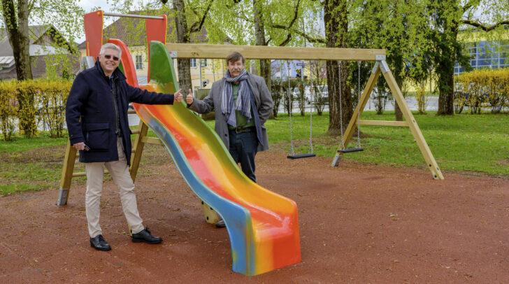 Vizebürgermeister Alois Dolinar und Reinfried Oblasser, Geschäftsführer von Klagenfurt Wohnen, besichtigen die neuen Spielgeräte.
