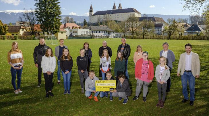 Die Klasse 1b im Stiftsgymnasium St. Paul erhielt 1.000 Euro für die Klassenkasse.