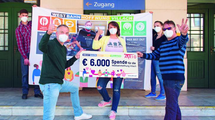 Marjan Kac (rechts) und sein Team freuen sich über die Spenden der ATRIO-Kunden, überreicht durch Center-Manager Richard Oswald (links).
