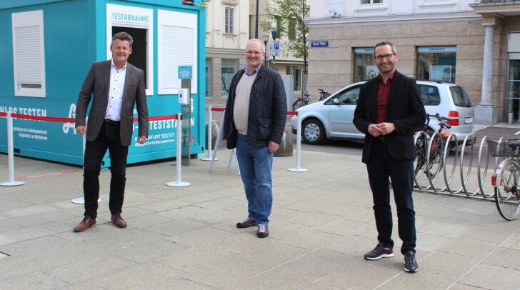 Bürgermeister Christian Scheider, Herbert Auer und Gesundheitsreferent Franz Petritz haben heute den Betrieb eines weiteren Testcontainers fixiert.