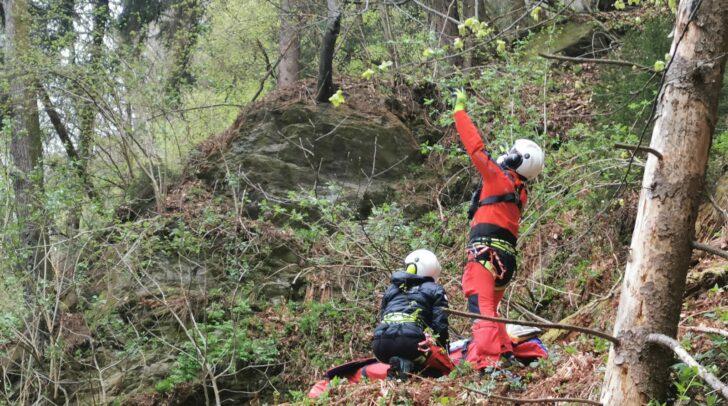 Mittels Seil wurde die verletzte Wanderin geborgen und vom Rettungshubschrauber RK1 in das LKH Villach geflogen.
