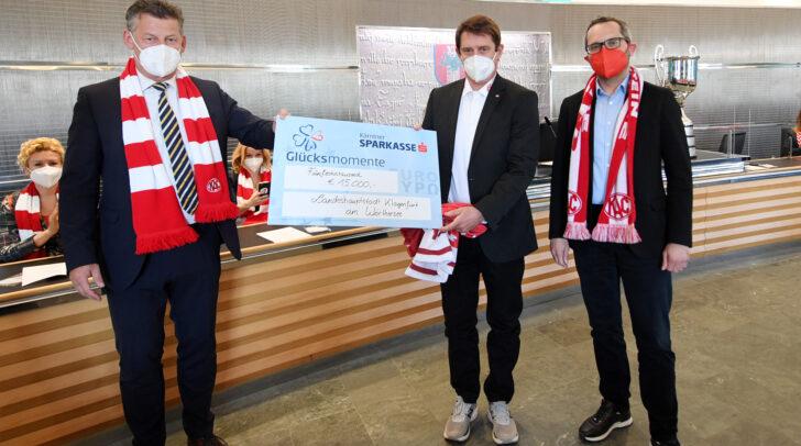 Bürgermeister Christian Scheider, Sportreferent Stadtrat Franz Petritz und die Mitglieder des Stadtsenates gratulierten dem EC-KAC zum 32. Meistertitel.