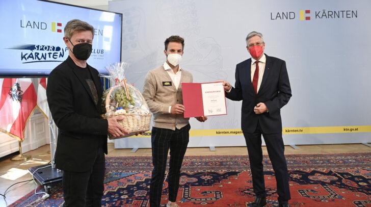 Landeshauptmann Peter Kaiser (re.) und Landessportdirektor Arno Arthofer (li.) überreichten Billard-Ass Albin Ouschan  eine Ehrenurkunde.