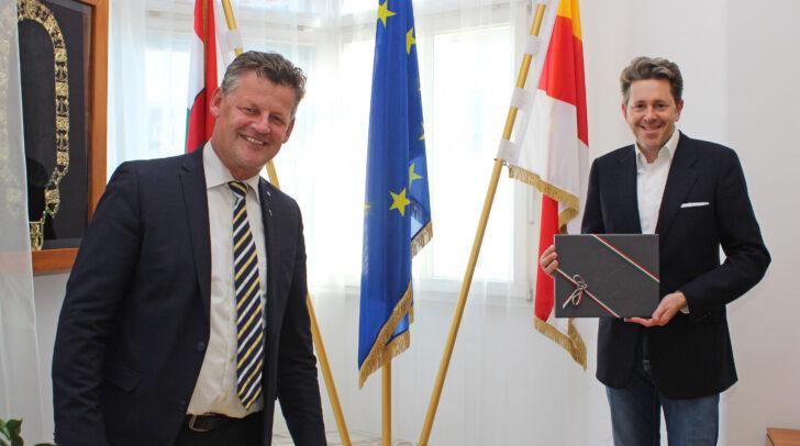 Bürgermeister Christian Scheider hieß Dr. Harald Mahrer, Präsident der Österreichischen Wirtschaftskammer, herzlich in Klagenfurt willkommen. Als Willkommensgeschenk erhielt Mahrer ein Klagenfurt-Buch.