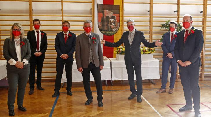LH Peter Kaiser bei der konstituierenden Gemeinderatssitzung in Maria Saal mit dem neuen Bürgermeister Franz Pfaller (links von Kaiser) und angelobten GemeinderätInnen.