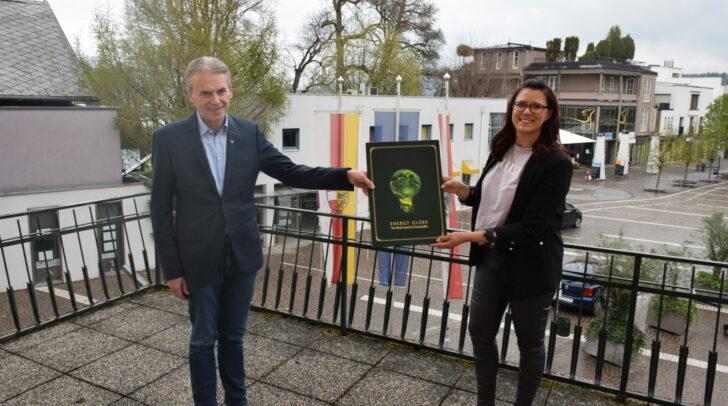 Bei der nachgeholten Auszeichung in Velden. Am Bild: Der Veldener Bürgermeister Ferdinand Vouk und Landesrätin Sara Schaar.