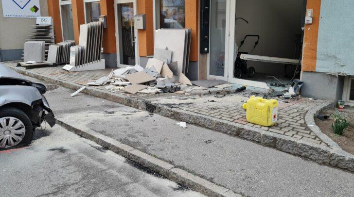 Der PKW und das Wohnhaus wurden bei dem Unfall erheblich beschädigt.