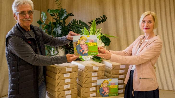 Übergabe von 2.000 Stück des Kinderbuches mit Kinderbuchautor Hans Gerhard Kalian und TiKo Präsidentin Dr. Tara Geltner.