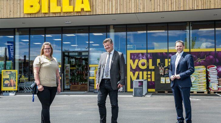 Bianca Stark (BILLA Marktmanagerin), Christian Scheider (Bürgermeister Klagenfurt) und Kurt Aschbacher (BILLA Vertriebsdirektor) vor dem neuen BILLA-Markt.