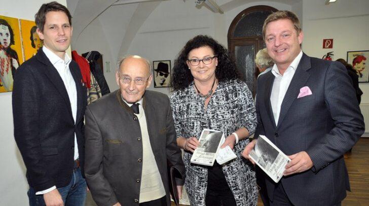 Der verstorbene Kulturpreisträger Heinz Stritzl mit Bürgermeister Günther Albel, Journalist Thomas Cik und Redakteurin Elena Moser-Sonvilla (Öffentlichkeitsarbeit der Stadt Villach) bei der Buchpräsentation