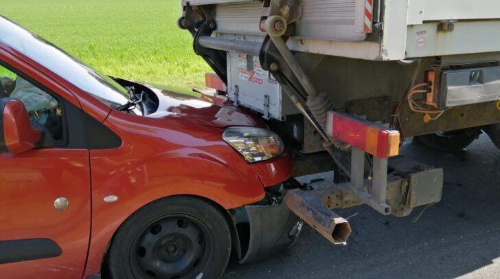 Beide Fahrzeuge wurden bei dem Unfall beschädigt.