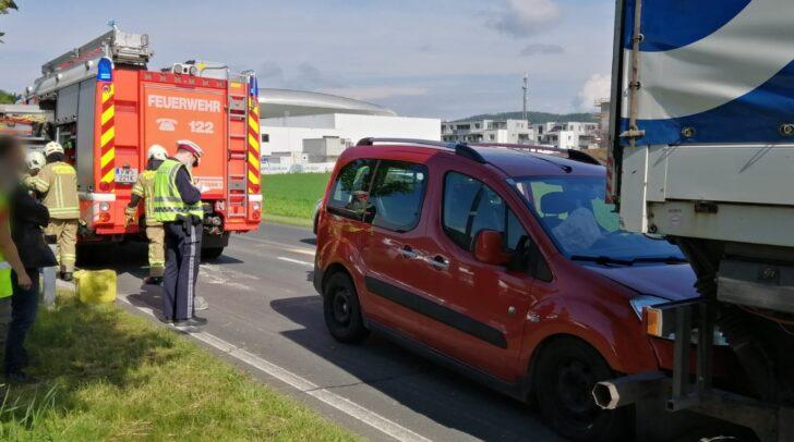 Die PKW-Lenkerin wurde bei dem Auffahrunfall leicht verletzt.