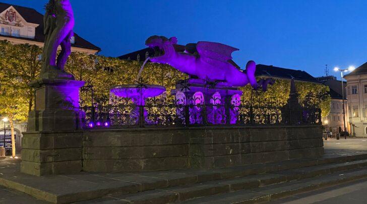 Der Lindwurm in Klagenfurt leuchtet in den Austria-Farben.