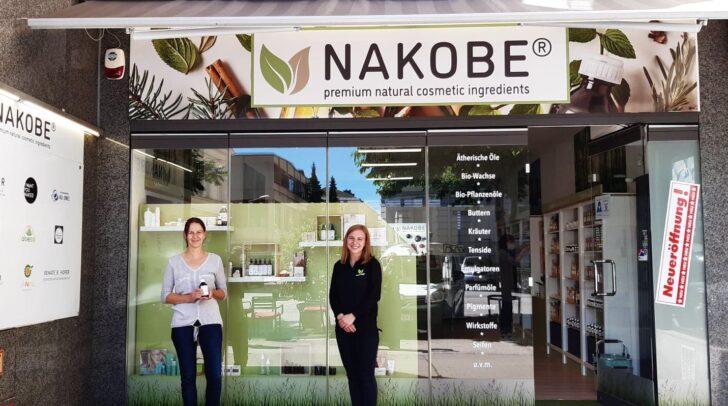 Naturkosmetik zum Selbermachen: Anna Maria Bäck (r.) mit Kundin Doris vor dem NAKOBE-Shop in der Bahnhofstraße.