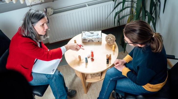 Ursula Luschnig von der Caritas lädt Menschen ein, sich bereits bei Anzeichen von Gewalt helfen zu lassen. (Das Foto entstand vor der Pandemie.)