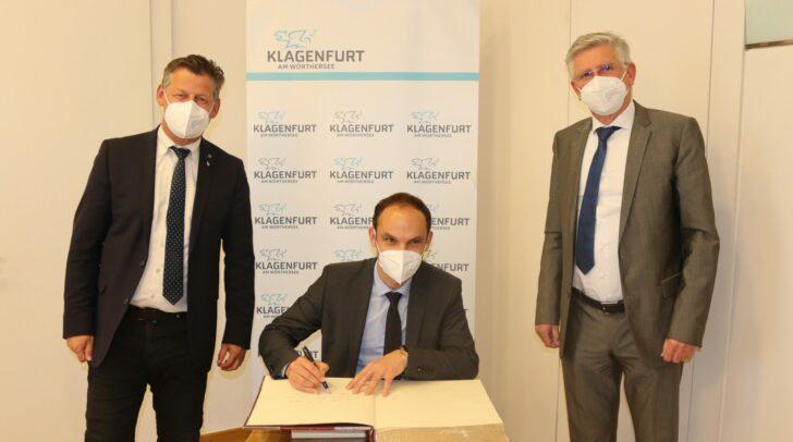 Bürgermeister Christian Scheider und Vizebürgermeister Alois Dolinar freuen sich über die Eintragung des slowenischen Außenministers Anže Logar in das Goldene Buch der Landeshauptstadt.