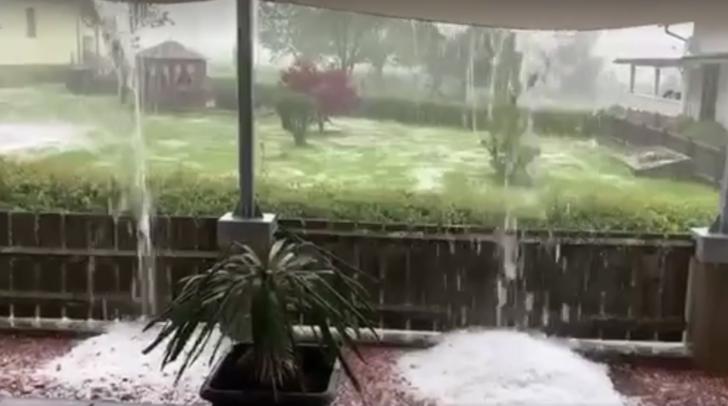 Ein Video einer 5-Minuten-Leserin zeigt das aktuelle Gewitter und den starken Hagelfall in Fürnitz.