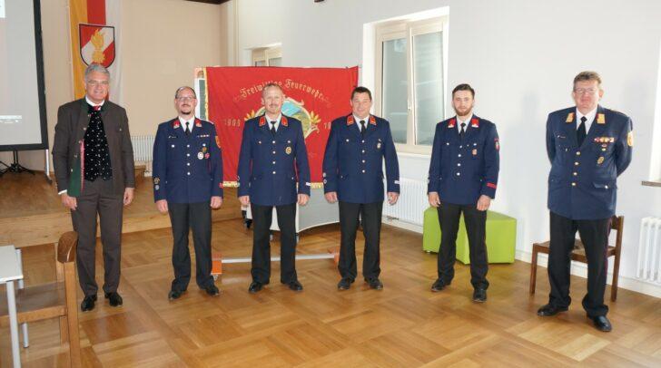 Alexander Thoma (links) gratulierte mit Christian Göckler (rechts), Michael Dabernig (2. v. l.) und dem scheidenden Stellvertreter Alexander Glinz (3. v. l.) dem zukünftigen Führungsduo Martin Untermoser (3. v. r.) und Michael Unterwalcher (2. v. r.)