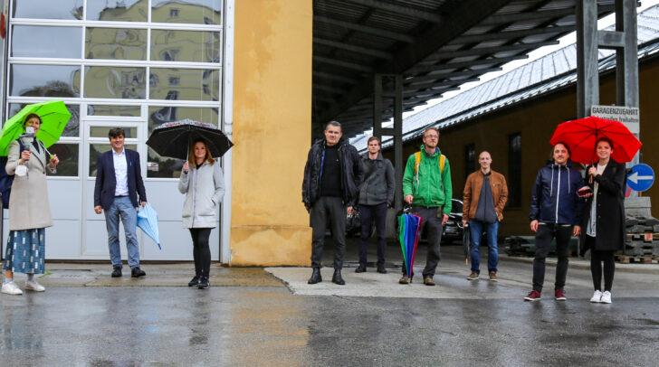 Gemeinsame Begehung des Wettbewerbsgeländes: Stadträtin Mag. Corinna Smrecnik, DI Robert Piechl (Leiter der Abteilung Stadtplanung) und Architektin DI Architektin DI Iris Kaltenegger von EUROPAN mit den Teilnehmern des Internationalen Planungswettbewerbes.