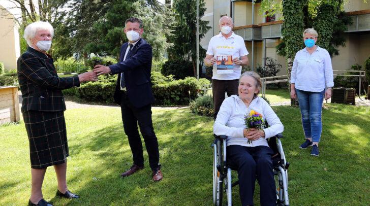 Bürgermeister Christian Scheider überreichte 120 Blumensträußchen für die Bewohnerinnen im Hülgerthpark.