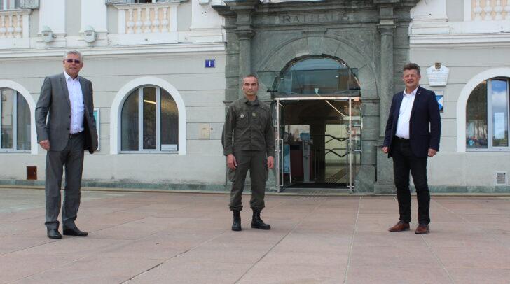 Bürgermeister Christian Scheider, Vizebürgermeister Alois Dolinar und Kommandant des Jägerbataillons 25, Oberst Alexander Raszer vor dem Klagenfurter Rathaus.