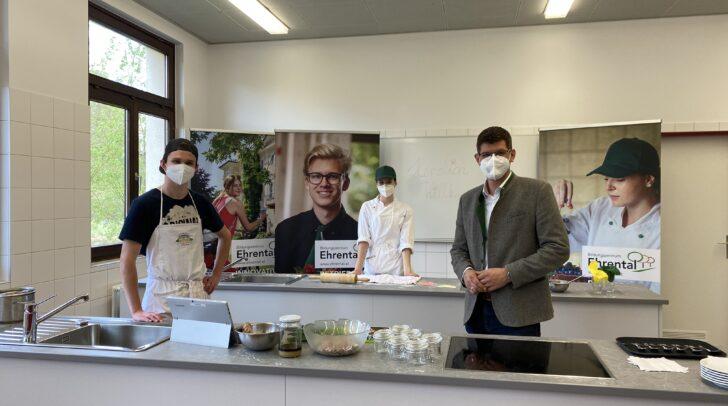 Landesrat Martin Gruber mit Schülern des Bildungszentrums Ehrental in der neuen Lehrküche.