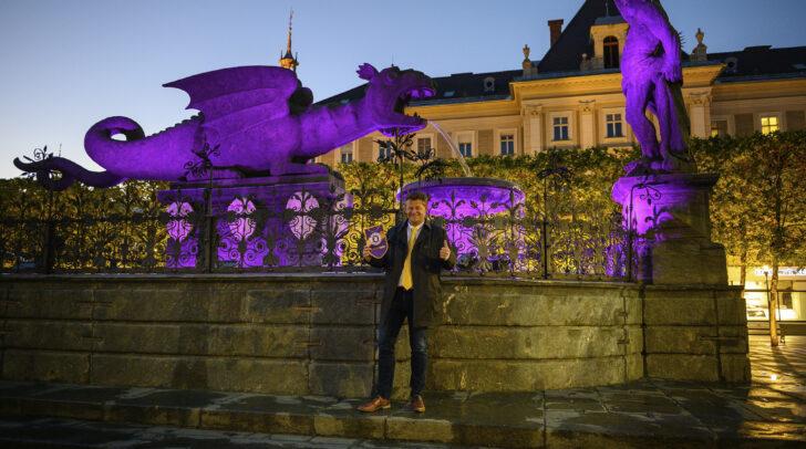 Bürgermeister und Austria‐Fan Christian Scheider freut sich über die violette Beleuchtung des Lindwurms.